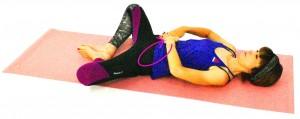 そのまま膝を開き、膝の重さで太もも内側や鼠径部を伸ばします