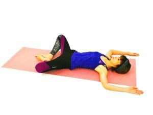 お腹が動いてきたら、両手を頭の先に伸ばし、肘をL字型に曲げ肩の力を緩め、そのまま1分ほどゆっくりと呼吸を繰り返しましょう