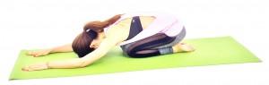 正座姿勢から両手を前に伸ばし、太ももの上にお腹を乗せたらゆっくり呼吸を繰り返しましょう