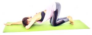 そのまま左指先を右側に向け、膝の上に腰がくる位置まで右手を前に移動させます。右こめかみを左腕の上につけた状態で、ゆっくり呼吸を繰り返しましょう