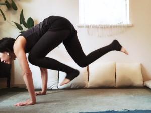 左足を引くと共に、右足を右手の内側へ。手をついてジャンプしつつ、素早く脚をスイッチしましょう