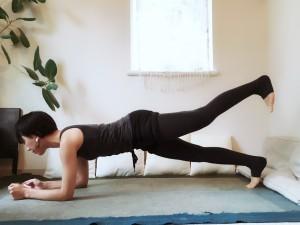 身体の軸をそのままキープさせつつ、片足を天井方向に引き上げます。一呼吸ごとに足を左右変えて持ち上げます。両足合わせて10回行いましょう