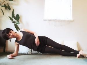 両足を伸ばし、息を吐きながらお尻を床から持ち上げます。頭の先から足までが一直線になるようにキープし、深い呼吸を5回ほど繰り返します