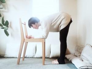 腰よりも低い椅子の座面に肘を置き、腕を垂直に立てます。手のひらは上向きに