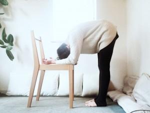 背中を丸めて、首の力を抜き、頭を垂れ下げましょう。頭の重さで首が伸びる感覚を味わいます