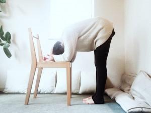 片手の手のひらを後頭部へ。頭を包み込んで、さらに首が伸びるように優しい負荷をかけます。このまま深く腹式呼吸を。3〜5呼吸しましょう