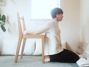 椅子を背にして膝立ちか正座になります。腰の後ろで指を互い違いに手を繋ぎ、椅子の座面に拳を置きます。胸を開き、肩甲骨を寄せ合いましょう