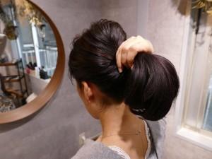 トップのゴムと、残りの髪を手ぐしでざっくりと束ねて飾りゴムで1つに結び、完成