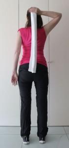 頭の後ろでタオルも持ちます。この時、頭の位置が前にいかないように気をつけます