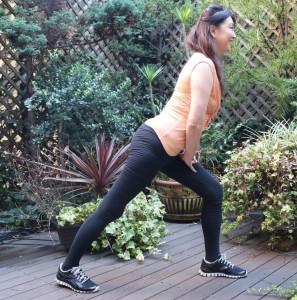 アキレスけん・ふくらはぎを伸ばします。かかとを地面につけて背骨から脚のラインが一直線になるようにします