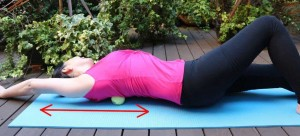 腕を上下に動かし肩甲骨周辺の筋肉をほぐします