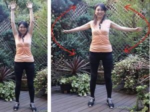 肩を回します。肘で円を描くように、外側に大きく回します