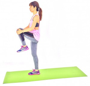 背骨を伸ばし、吐く息とともにお腹を腰に引き寄せドローイングします。吸う息とともに、両手で左膝を腰の高さに引き上げます