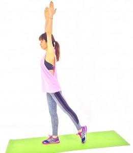 両手を天井方向に伸ばし、左足を大きく1歩後ろに下げ、つま先を床につけます