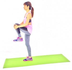 息を吸いながら、左膝を腰の高さに引き上げます