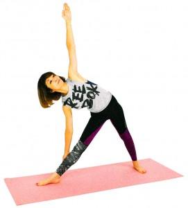 お腹を腰に引き寄せ、体幹を意識しながら、右手を右膝あたりにつけるように上体をまっすぐ倒します。左手は天井方向に伸ばし、胸の真ん中から両手を伸ばし、胸を開きます