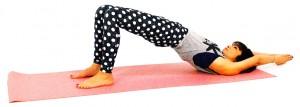 そのままお尻をゆっくり持ち上げます。お尻の位置は、肩から膝まで斜め一直線を目安にしてください