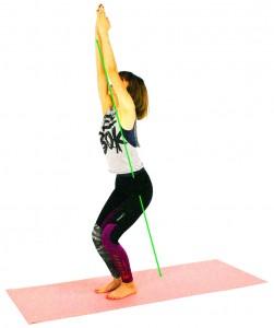 ゆっくり息を吐きながら、膝を曲げ太ももをできるだけ床と平行の位置まで腰を下ろします。膝がつま先よりも前に出ないように注意しながら、かかとのほうに体重を乗せ、姿勢をキープ