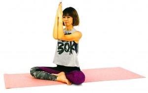 息を吐きながら、両肘、両手のひらを合わせます。息を吸いながら、両肘を開きます