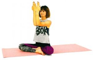 息を吐きながら、手のひらが顔に向くように肘をつけ、手の淵を合わせます。息を吸いながら、両肘を開きます