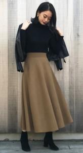 スカートの裾より上のミドルタイプのブーツを合わせるか、タイツ+パンプスで露出なくコーデすることが可能
