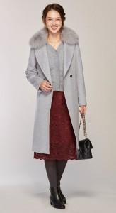 スカートコーデの多いエレガント派の方は、取り外しができるファー付きコートが便利です