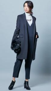 定番のチェスターコートのようなIラインのシルエットのコートは、同じく細身のパンツの方が合わせやすいです