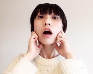 口とアゴの力を抜いて、「あーん」の口にします。エラの上にある、グリグリとした感触の筋肉を、こぶしの第二関節でグリグリとほぐしましょう。お顔がポカポカしてきたらOKです