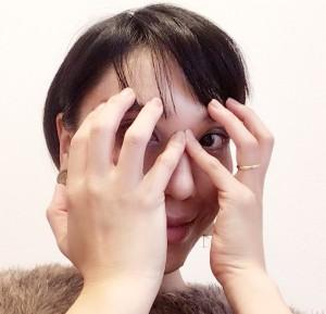4本の指を眉に当て、プッシュします。ポーズ中に、額にシワが寄らないように、眉を少し下に下ろすようなイメージで行いましょう