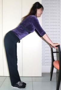 椅子の背もたれに手を添えます