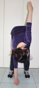 片手を上にあげます。このとき、床に伸ばした手と上げた手ができるだけ一直線になるように、上半身をねじります