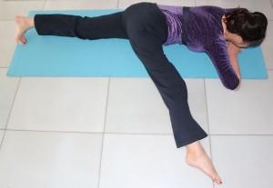 膝を伸ばし、片足を横に伸ばします