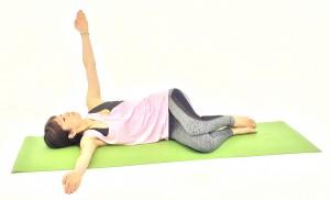 ゆっくり息を吸いながら、左手を天井に伸ばします