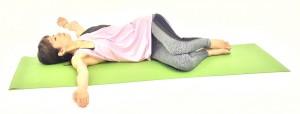 そのまま、ゆっくり息を吐きながら、左手を後ろの床の方へ下ろします。このとき、肩に力が入らないように注意しましょう。この動作を10回行います