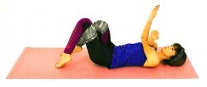 右腕を左腕の上に乗せ交差させます。足も絡められたら、右足を左足首に引っ掛けた状態を作ります
