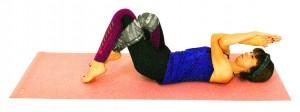 手と足を絡めた状態(もしくは両ヒザを立てた状態、両肘を胸の前で付け、手のひらを合わせるでもOK)で、お腹で腰をゆっくり床に沈めてドローイング(お腹を腰に引き寄せる)します