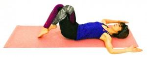仰向けになり、ヒザを立てます。右太ももを左太ももの上に乗せるor絡めます。両肘を肩の高さで直角に曲げます。ゆっくり吐く息で、ドローイング(お腹を腰に引き寄せる)します。