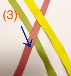 次に、ミドリの毛束とピンクの毛束を交差させます。この時も、ミドリの毛束がピンクの下になるように交差します