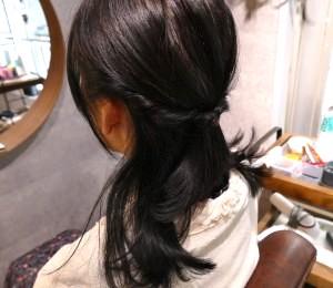 サイドの髪をくるりんぱ、もしくは三つ編みをして、最初に結んだトップのゴムの少し下でとめます