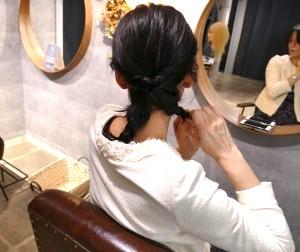 下の髪を二つに分け、それぞれ三つ編みにします