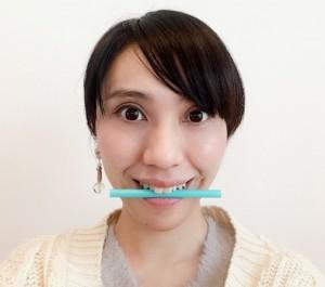 ストローを犬歯に当て、軽くくわえます。この時、口角だけを上げる筋肉(口角挙筋)を使い、下の歯は見えないように注意しましょう
