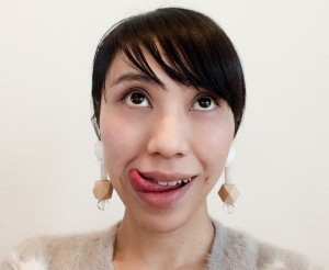 上の歯だけを見せて口角を上げ、目線は上にあげましょう。舌を片側の口角から上に出し、口角をペロッとタッチします