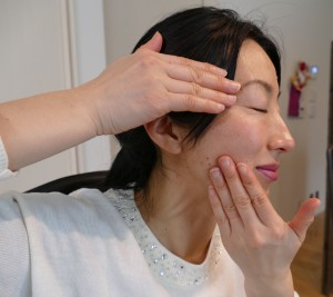 片手で目の横を軽く押さえ、反対の手で口角の横から頬骨に沿って耳の前までリンパを流し、耳の後ろを通って首に流します