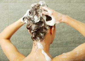 髪の毛を洗うだけでなく、頭皮や地肌も清潔にしておきましょう。