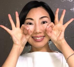 親指と人差し指で輪を作り、頬を持ち上げ10秒キープします。これを3~5回行いましょう