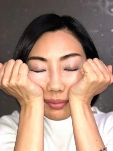 小鼻の脇から頬骨下あたりには、たくさんの美肌のツボがあります。テーブルに頬杖をつくように親指の付け根を頬にあて、頭の重みを感じるように押しましょう