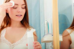 コットンを使用して化粧水をつける場合は、液を多めにコットンに含ませてから肌につけましょう。