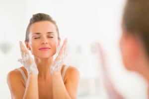 超乾燥肌の人は、日ごろから間違った洗顔方法を続けている可能性が考えられます。