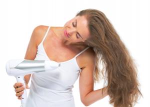 髪を洗った後は、濡れっぱなしで放っておかず、余分な水分を乾かすようにしましょう。