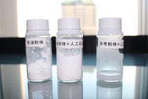 写真左が新配合の「吸油粉体」。写真中央のように、人工皮脂を混ぜてもサラサラのままなのに対し、吸油粉体ではない粉体と人工皮脂を混ぜるとドロドロの液状に。